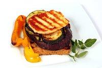 Ser halumi z warzywami i grzanką-mini
