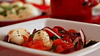 Sałatka z mozzarelli, oliwek, bazylii i pomidorów-mini